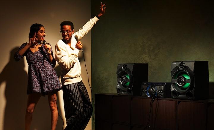Amigos disfrutando del karaoke con guitarras y micrófonos